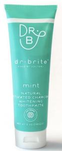 natuurlijke tandpasta met houtskool